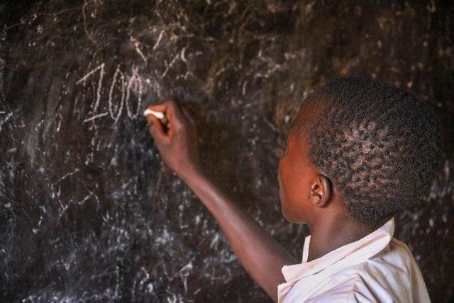 Niño africano en una escuela