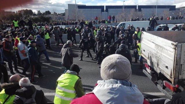Carga policial en la M-40 con la concentración de los taxistas