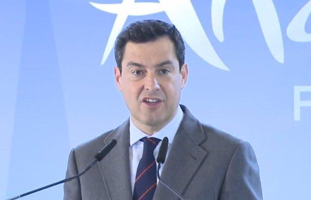 El presidente de la Junta, Juanma Moreno, en rueda de prensa en Fitur