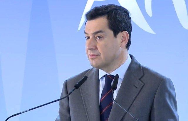 El presidente de la Junta, Juanma Moreno, en rueda de prensa en Fitur, en Madrid