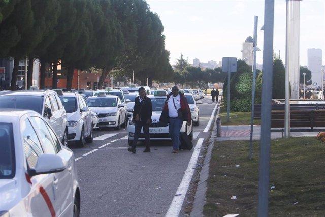 Taxistas se concentran en la entrada de IFEMA y cortan el tráfico en la M-40 en