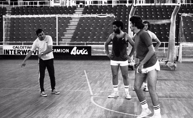 El exentrenador de baloncesto Ranko Zeravica en su etapa en el FC Barcelona