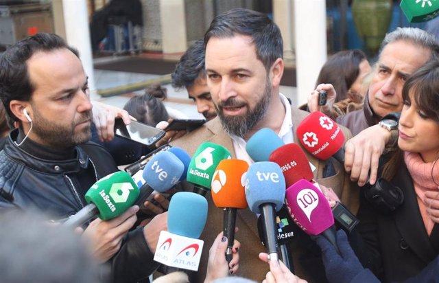 Santiago Abascal atiende a los medios