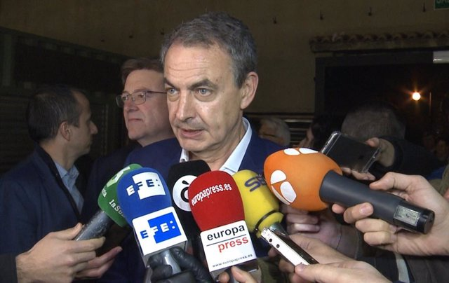 José Luis Rodríguez Zapatero atiende a los medios
