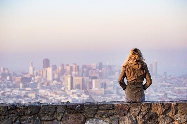 Mujer pensativa, melancólica, melancolía, tristeza, ciudad, espalda