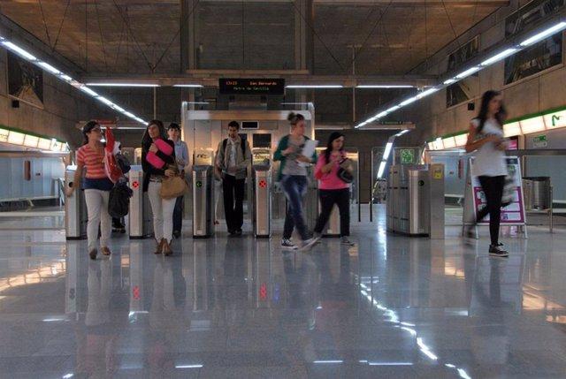 Usuarios del metro de Sevilla