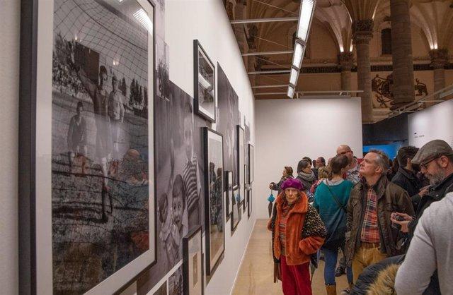 La Lonja de Zaragoza exhibe fotografías de la oscense Divina Campo