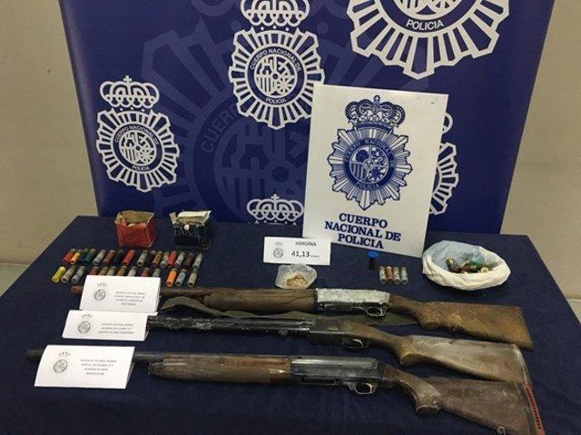 Armas y otros efectos incautados por la policía.