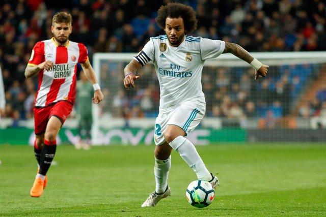 Marcelo conduce la pelota perseguido por Portu en un Real Madrid-Girona