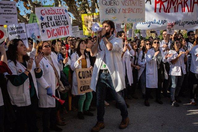 Concentración de médicos ante el Parlament de Catalunya en la tercera jornada de