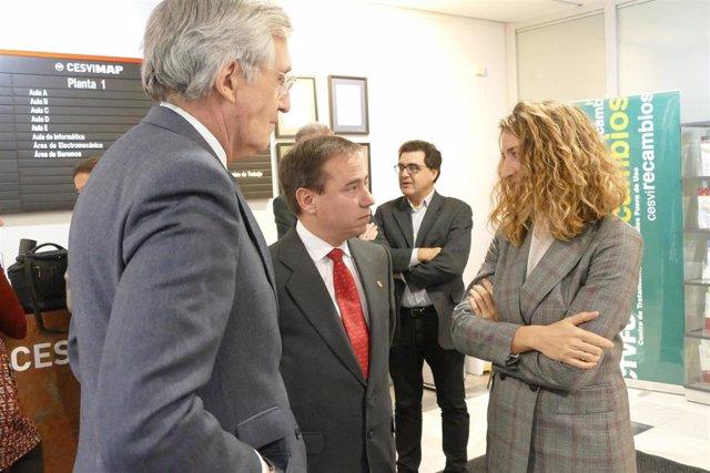 Alicia García con el alcalde de Ávila y el director de Cesvimap