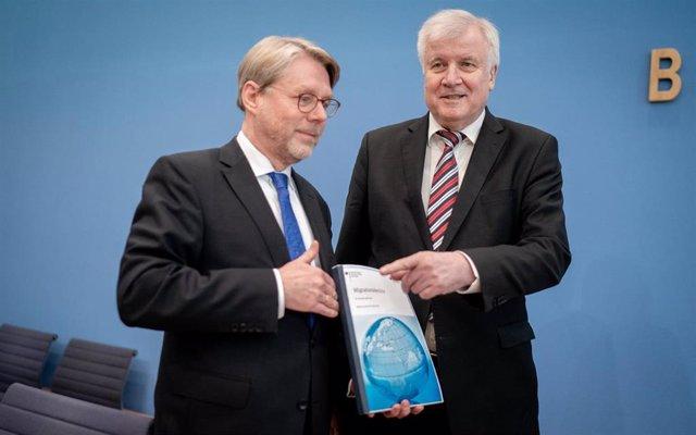 Horst Seehofer durante la presentación de las cifras de asilo en Alemania