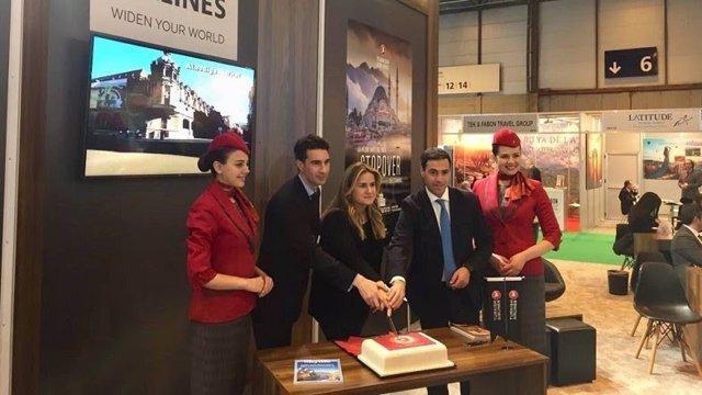 Firma del convenio en Fitur para promocionar la conexión entre Bilbao y Asia