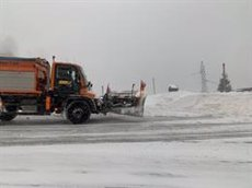 La neu a Andorra arriba a superar el mig metre i complica la circulació per carretera (EUROPA PRESS)