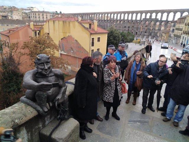 Inauguración de la estatua del 'Diablillo' con el Acueducto al fondo