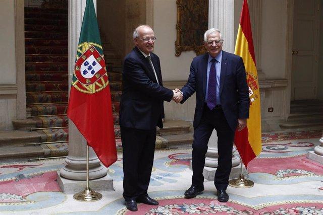 Josep Borrell con su colega portugués, Augusto Santos Silva, en julio