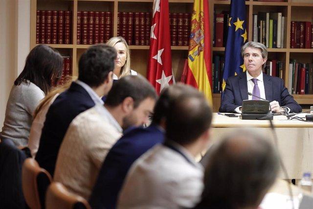 El presidente de la Comunidad de Madrid, Ángel Garrido, con los VTC
