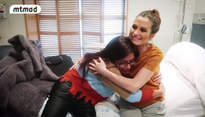 Verdeliss recibe en el hospital la especial visita de Miriam Saavedra