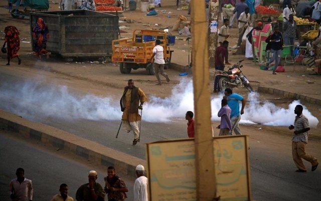 La Policía de Sudán emplea gases lacrimógenos en una manifestación en Jartum