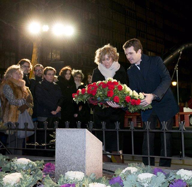 El presidente del PP y la viuda de Gregorio Ordóñez realizan una ofrenda floral