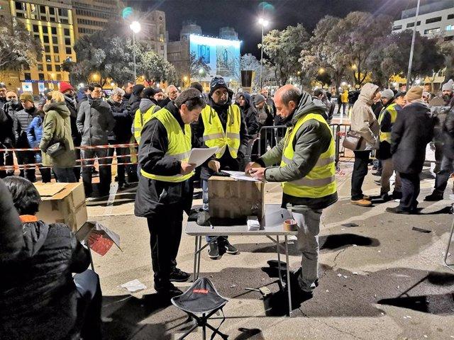 Votación en la asamblea del taxi en Barcelona durante la huelga
