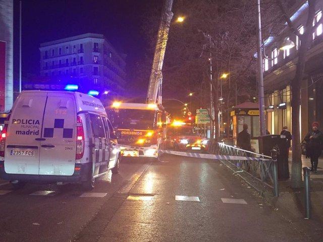 Trabajos para asegurar un pararrayos en la calle Alcalá de Madrid