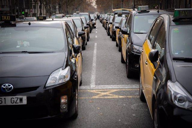 Concentración de taxis en la Gran Via de Barcelona