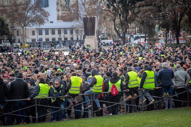 Asamblea de taxistas en la Plaza de Catalunya tras la solución intermedia para s