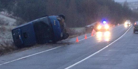 6. Tres heridos leves en un accidente de un microbús escolar en Ibiricu provocado por la nieve