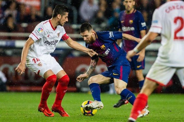 Escudero (Sevilla) y Messi (Barcelona)