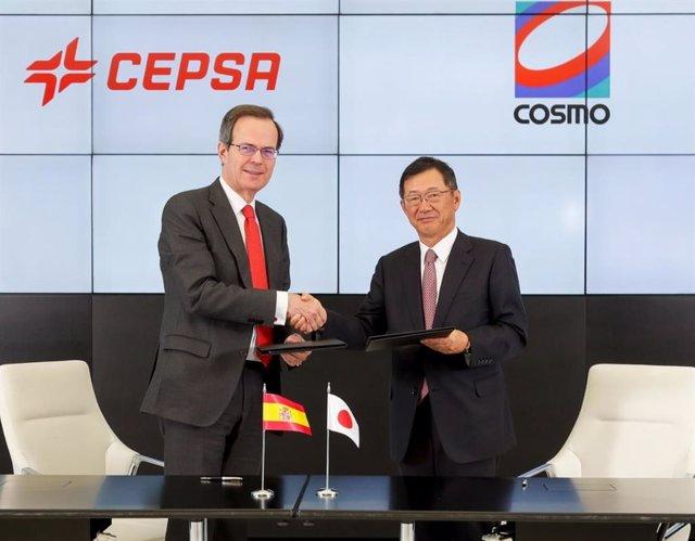 El CEO de Cepsa, Pedro Miró, y el CEO de Cosmo Energy, Hiroshi Kiriyama