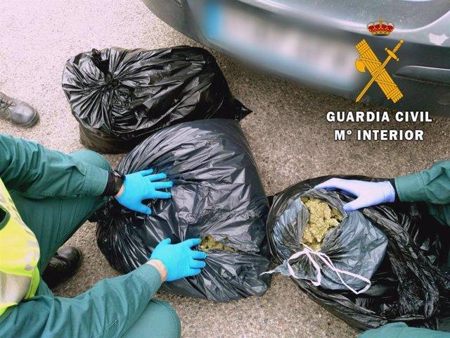 Sacos de marihuana recuperados de la A-7 en El Ejido (Almería)