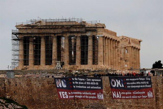 Pancartas contra el acuerdo con Macedonia en la Acrópolis de Atenas