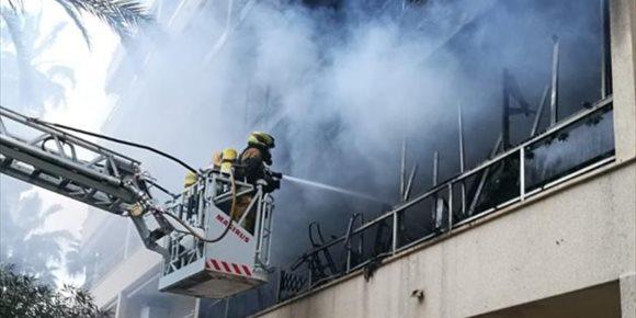 4. Set persones ateses, entre elles dos bombers i dos xiquetes, en un incendi a Torrevieja