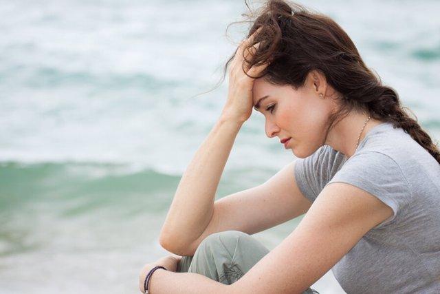 Mujer cansada, trsite, pensativa