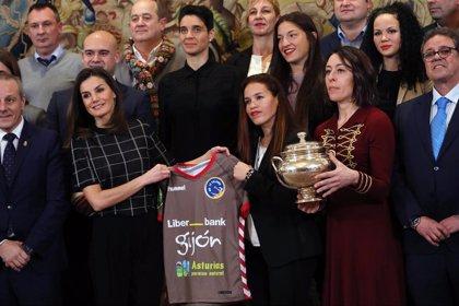 La Reina Letizia recibe la camiseta con su nombre del club de balonmano femenino de Gijón