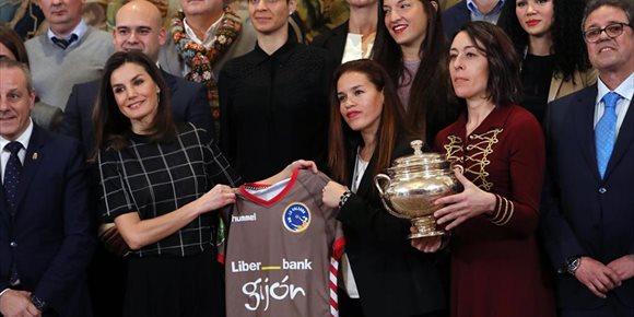 2. La Reina Letizia recibe la camiseta con su nombre del club de balonmano femenino de Gijón