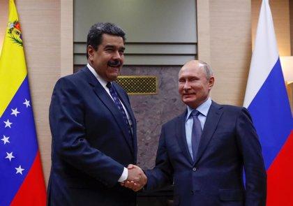 """Putin ofrece su apoyo a Maduro y llama a """"superar las discrepancias"""" mediante el diálogo"""