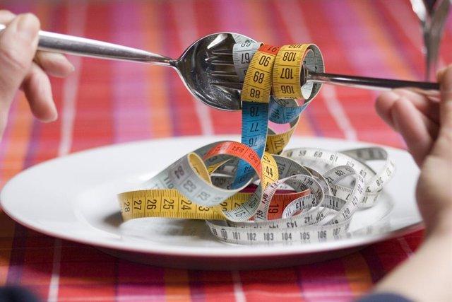 Adelgazar, dieta milagro, metro, cinta métrica en un plato