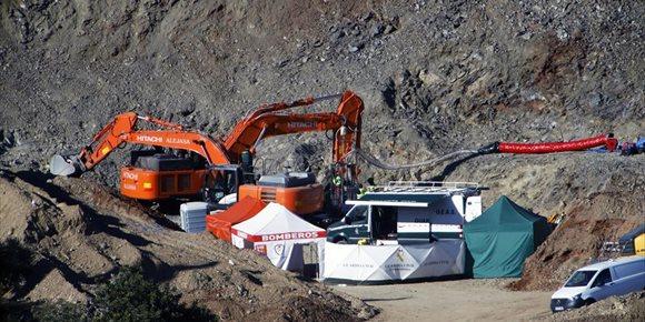 2. Efectius de la Brigada de Salvament Miner accedeixen al pou paral·lel per a començar l'excavació per a rescatar Julen