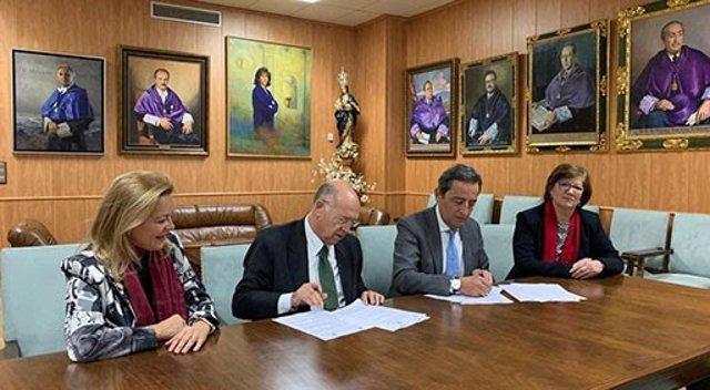Responsables de SEGG y FINUT firmando el acuerdo de colaboración