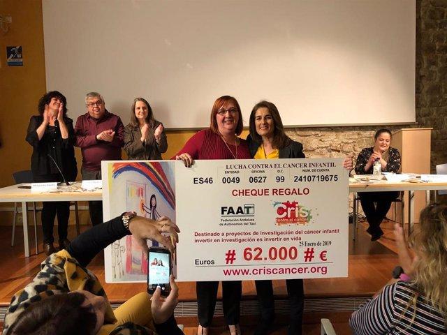 Marta Cardona, directora de CRIS Contra el Cáncer recogiendo el cheque