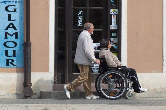 Silla de ruedas, cuidador, dependencia