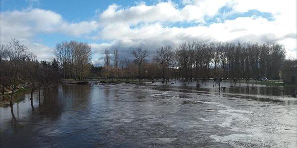 8. Más de 100 personas limpian Villarcayo (Burgos) tras las inundaciones