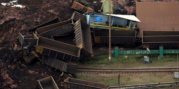 8. El rescate de 46 personas deja en 345 el número de desaparecidos tras la rotura de la presa de Brasil