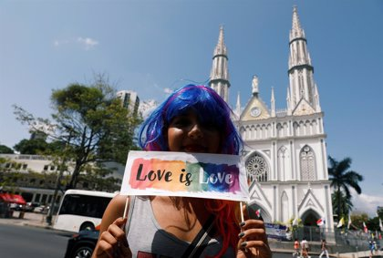 """La comunidad LGBTI protesta con un """"besatón"""" durante la visita del papa en Panamá"""
