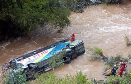 Mueren diez personas tras caer a un río un autobús en el centro de Perú