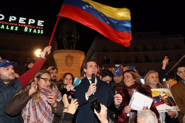 Pablo Casado apoya a Guidó como presidente de Venezuela en un acto en Sol