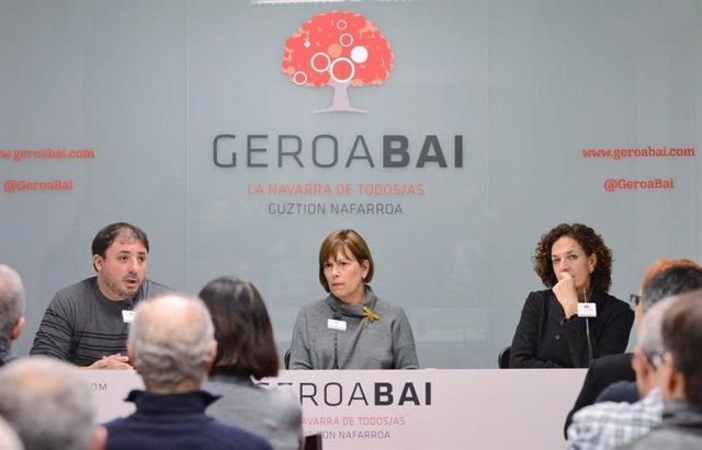 Unai Hualde, Uxue Barkos e Itziar Gómez en la asamblea de Geroa Bai