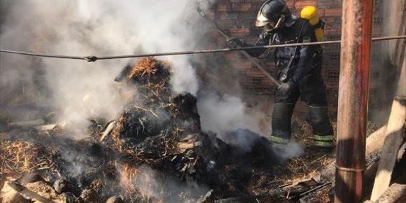 1. Los bomberos sofocan un incendio en el merendero de una vivienda de Bolaños de Campos